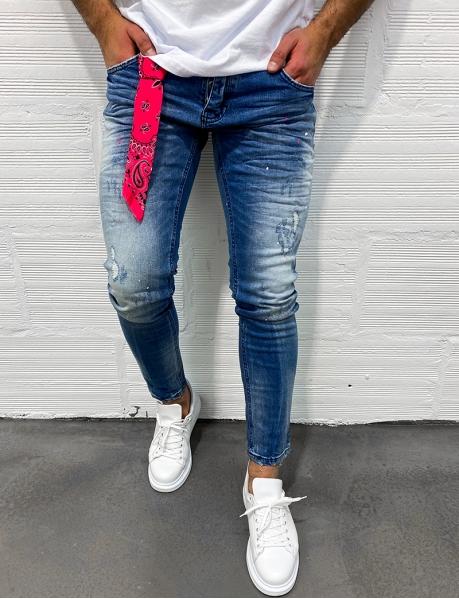 Jeans destroy à taches de peinture et bandana rose
