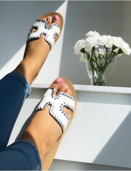 Flache Sandalen mit silberfarbener Umrandung