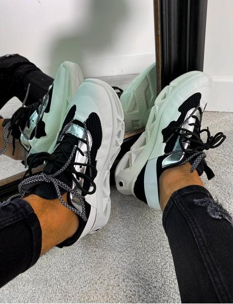 Sneakers aus silberfarbenem Stoff