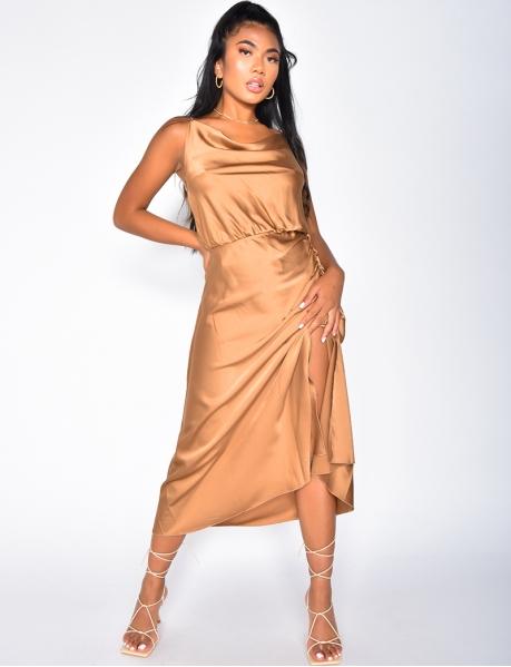 Langes, geschlitztes Kleid aus Satin