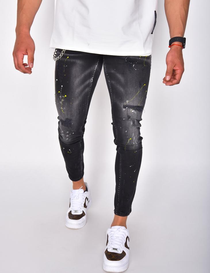 Jeans à tâches de peinture et chaîne