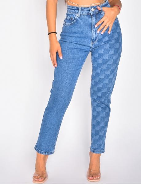 Jeans mit Schachbrettmuster auf einem Bein