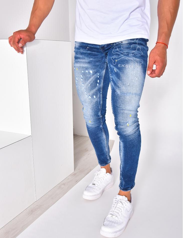 Jeans homme destroy à tâches de peinture avec tête de mort